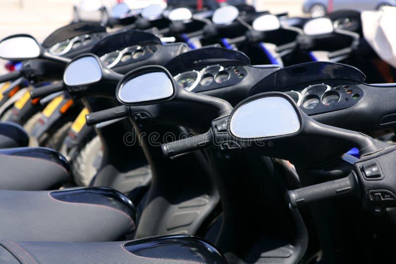 De motoren van de autoped in een rij met perspectief royalty-vrije stock afbeelding