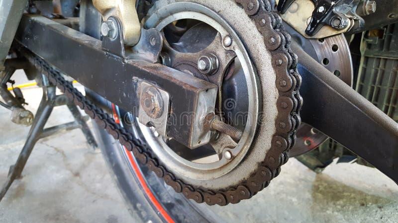 De motorfietsketting is corrosie Het gebrek aan zorg veroorzaakt de kettingsmotor stock afbeelding
