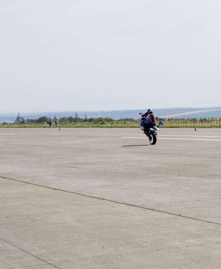 De motorrijder gaat lang op een achterwiel op de route royalty-vrije stock foto
