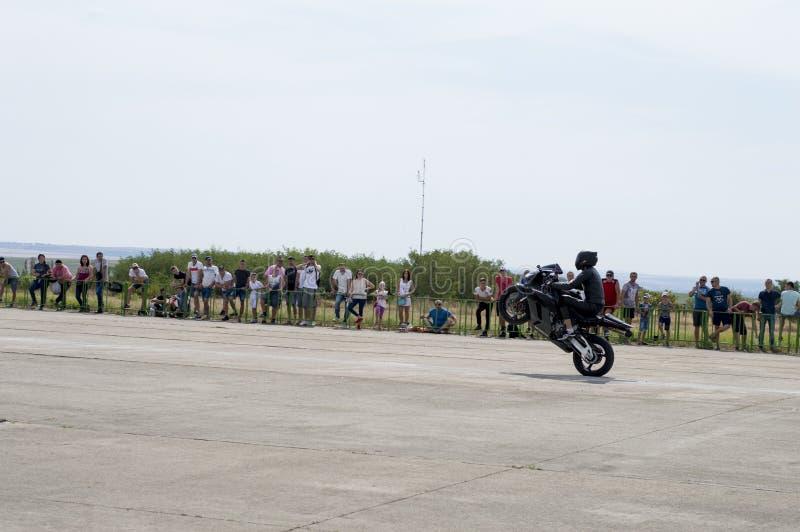 De motorrijder gaat op een achterwiel op de race kring stock afbeeldingen