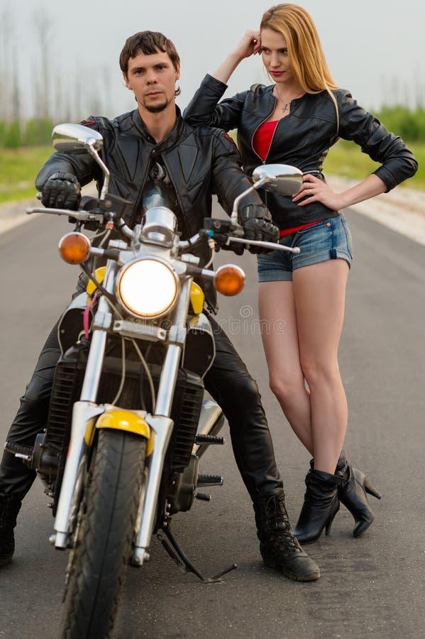 De motorrijders van paarfietsers op de weg royalty-vrije stock foto's