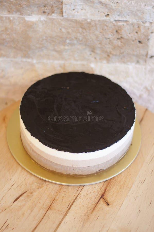 De moussecake van de drie kleurenchocolade stock afbeeldingen