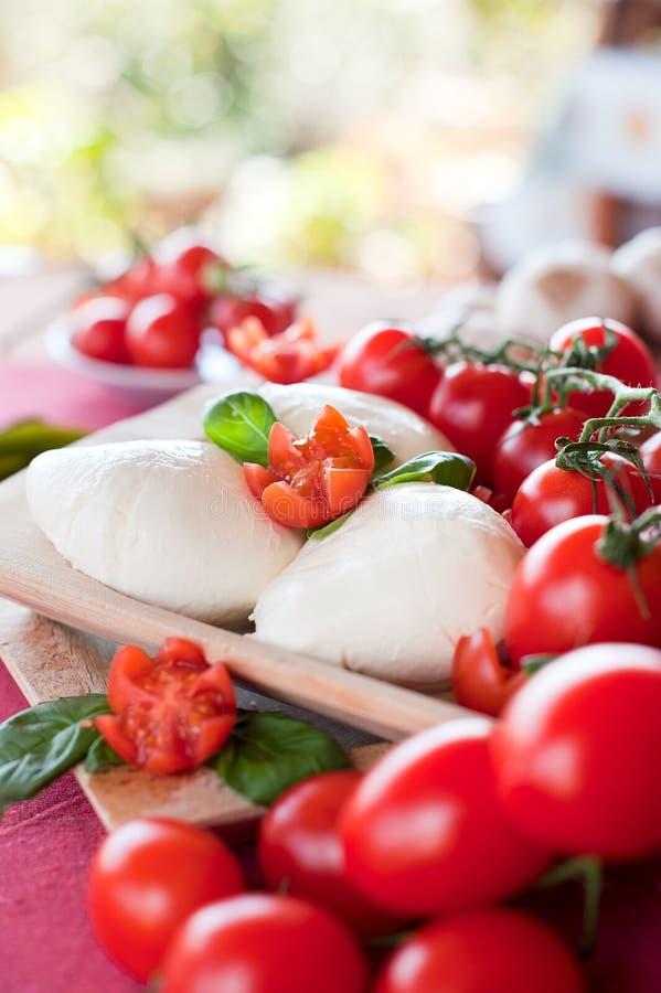 Download De Mozarellabasilicum En Tomaten Van Buffels Stock Foto - Afbeelding bestaande uit maaltijd, delicatessen: 29510250