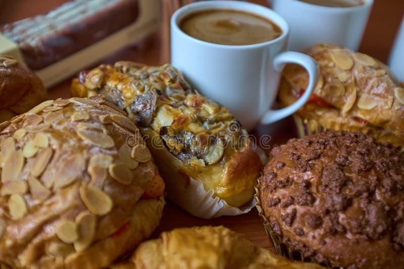 De Muffin, de cakes, het broodje en de kappen van de nootrozijn van koffie stock foto's