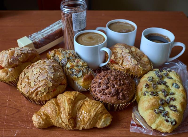 De Muffin, de cakes, het broodje en de kappen van de nootrozijn van koffie royalty-vrije stock fotografie