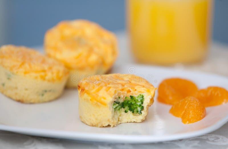 De muffin van broccoli en van de kaas stock foto's