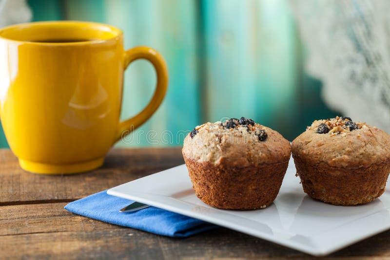 De Muffin van de banaannoot met Koffie voor Ontbijt dat op Uitstekende Ru wordt gediend royalty-vrije stock foto's
