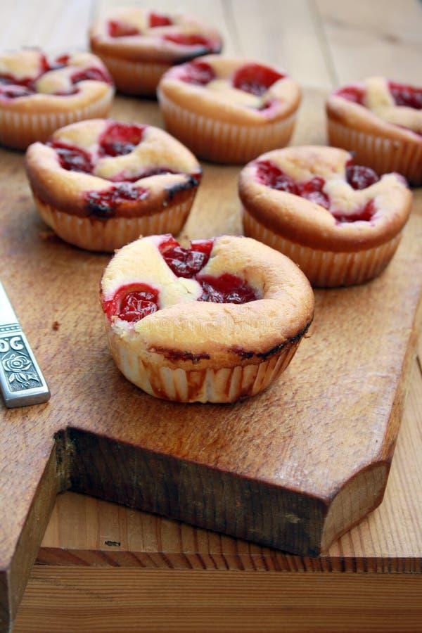De Muffin van de kers stock afbeeldingen