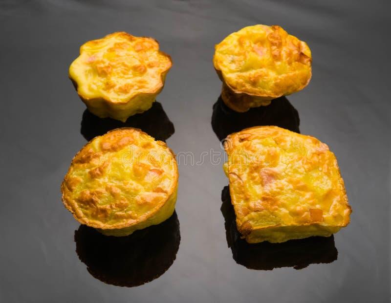 de muffins met het ei van de vleesworst ontbijten ecologische voedselgezondheid, bloem, recepten, vegetarische lijst, smakelijk,  stock foto