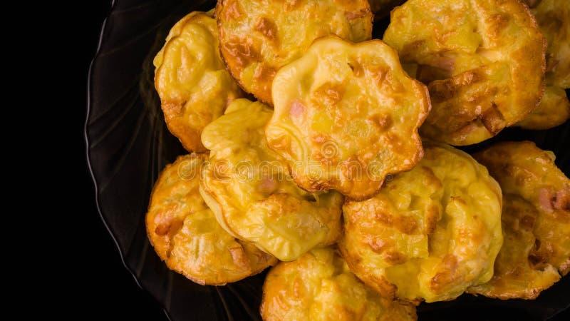 de muffins met het ei van de vleesworst ontbijten ecologische voedselgezondheid, bloem, recepten, vegetarische lijst, smakelijk,  stock afbeelding