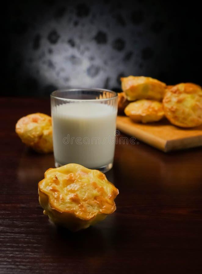 de muffins met het ei van de vleesworst ontbijten ecologische voedselgezondheid, bloem, recepten, vegetarische lijst, smakelijk,  stock afbeeldingen
