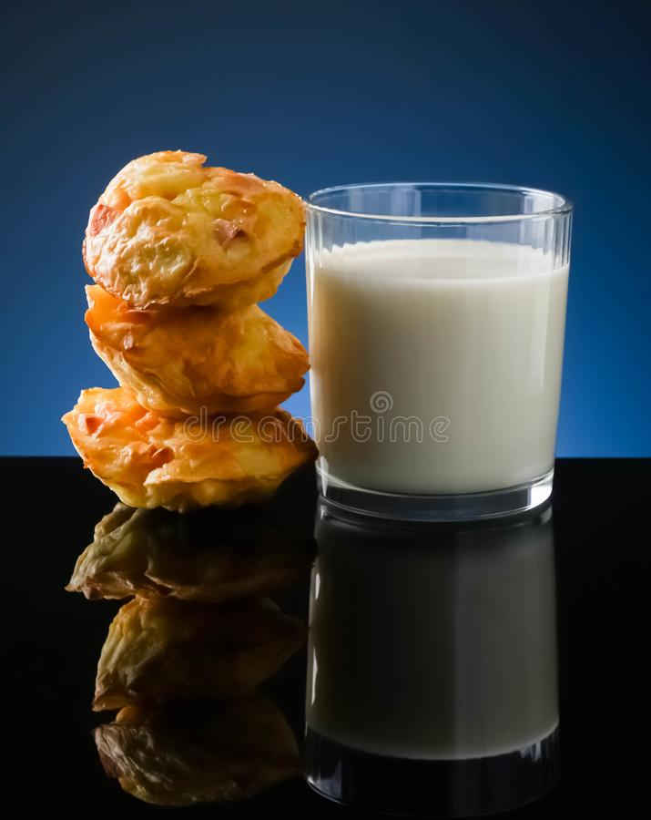 de muffins met het ei van de vleesworst ontbijten ecologische voedselgezondheid, bloem, recepten, vegetarische lijst, smakelijk,  royalty-vrije stock afbeeldingen