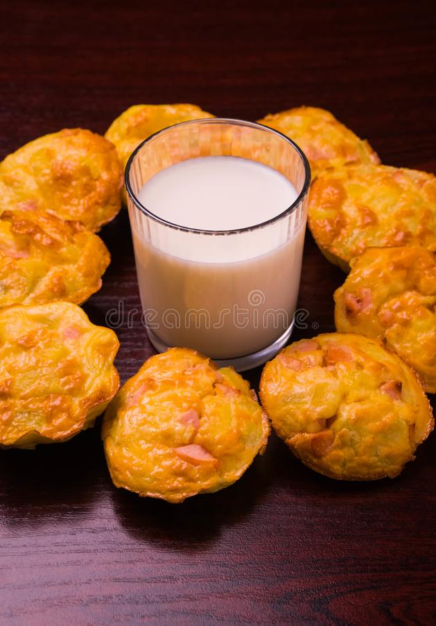 de muffins met het ei van de vleesworst ontbijten ecologische voedselgezondheid, bloem, recepten, vegetarische lijst, smakelijk,  royalty-vrije stock afbeelding