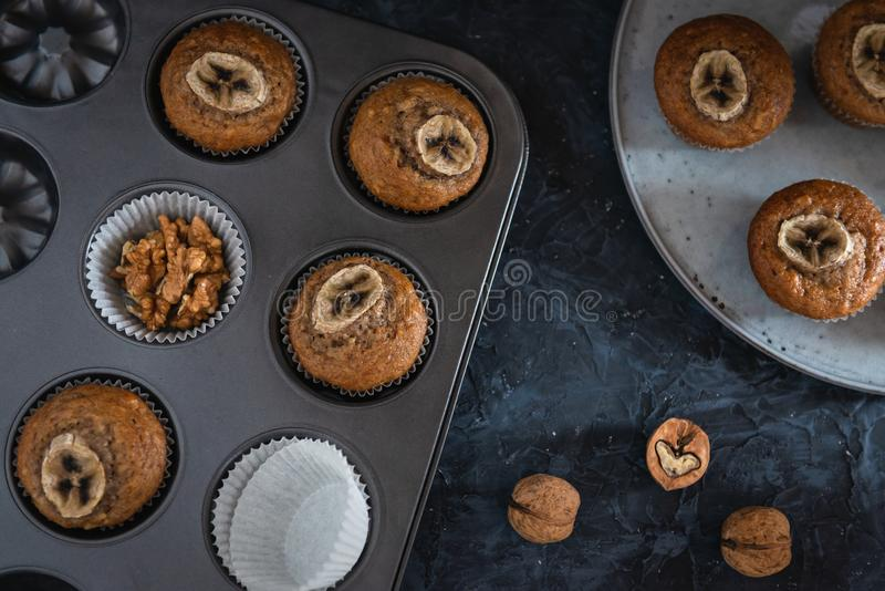 De muffins van de okkernoot en van de banaan in een bakseldienblad Hoogste mening stock fotografie