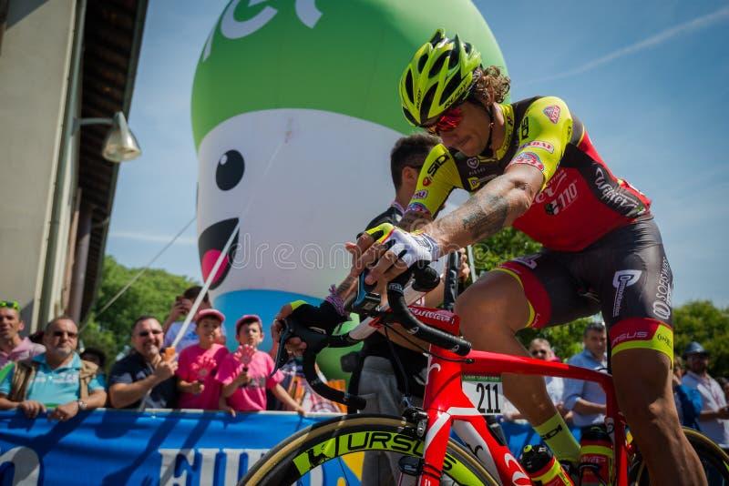 ² de MuggiÃ, Italie le 26 mai 2016 ; Filippo Pozzato de l'intérieur du groupe avant le début de l'étape photo stock