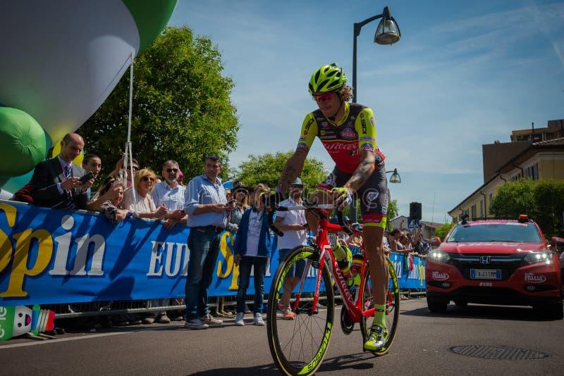 ² de MuggiÃ, Italie le 26 mai 2016 ; Filippo Pozzato de l'intérieur du groupe avant le début de l'étape images stock