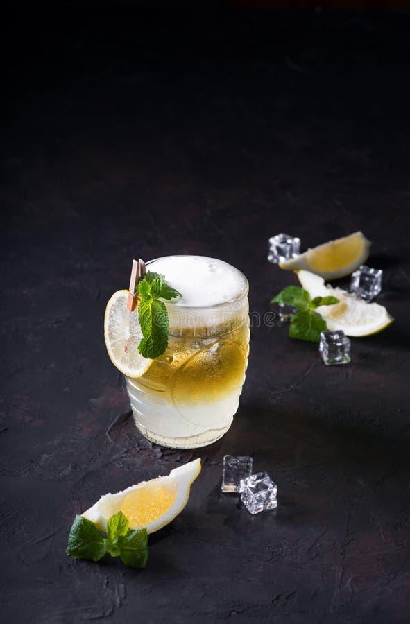 De Muilezelcocktail van Moskou op een donkere achtergrond Koude drank, Gelaagde wit en geel met wodka, kruidig gemberbier, en kal stock foto's