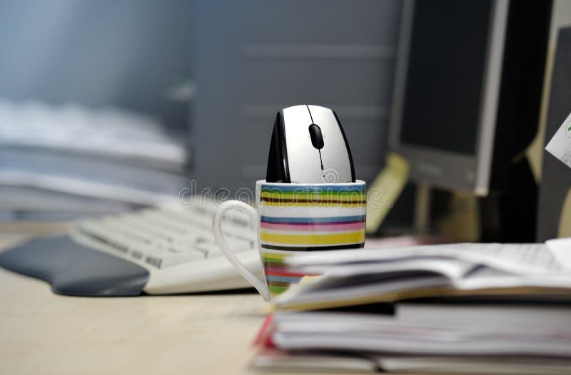 De muis van de computer binnen een mok stock fotografie