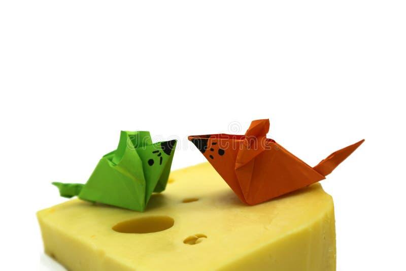 De muis van de oranje en Groenboekorigami dichtbij een grote plak van kaas royalty-vrije stock foto's