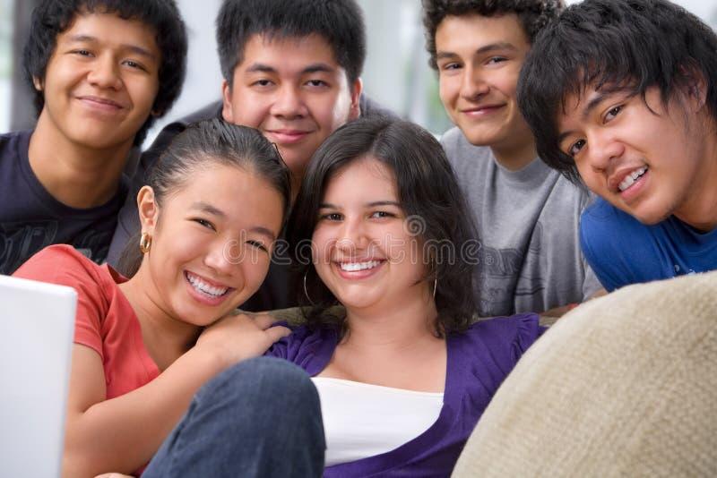 De multi etnische studenten stellen samen