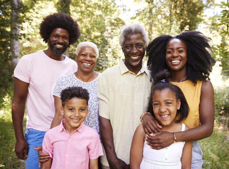 De multigeneratie zwarte familie in bos, sluit omhoog portret royalty-vrije stock afbeeldingen