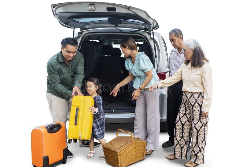 De multigeneratiefamilie met auto treft voor vakantie voorbereidingen royalty-vrije stock foto