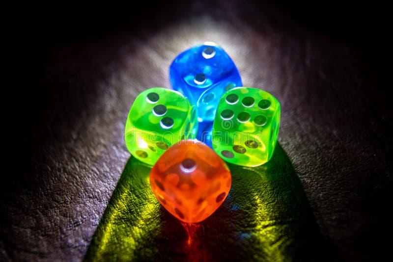 De multikleur dobbelt het shinning in dark door zacht licht royalty-vrije stock foto's