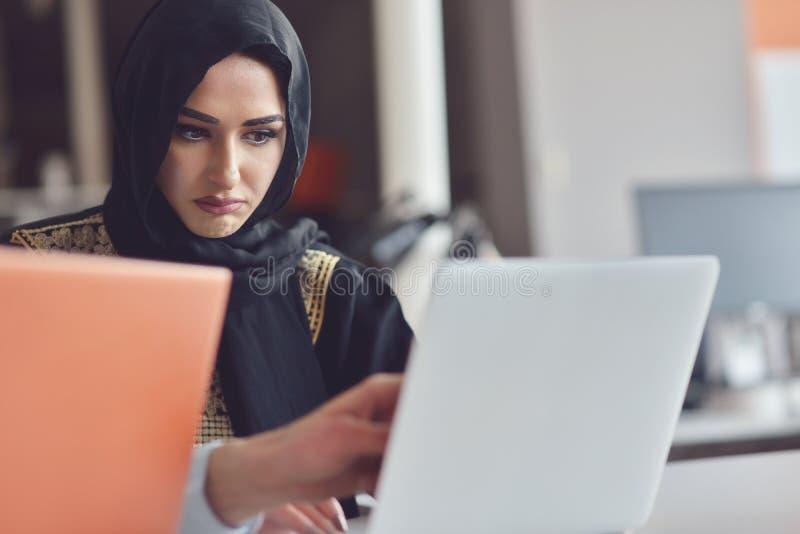 De multiraciale eigentijdse bedrijfsmensen die verbonden aan technologische apparaten zoals tablet en laptop werken royalty-vrije stock foto's