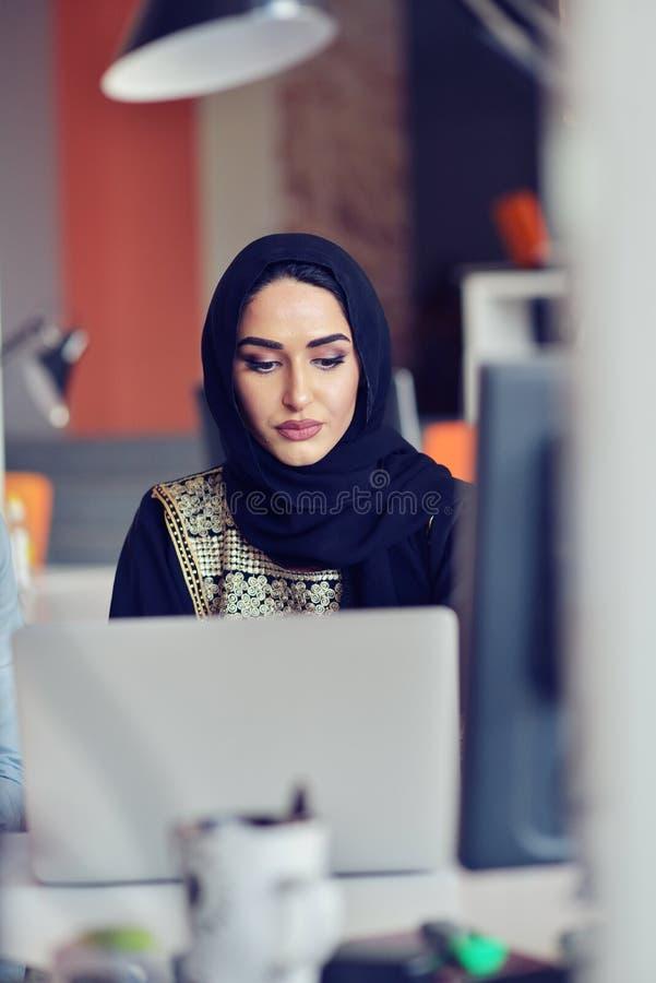 De multiraciale eigentijdse bedrijfsmensen die verbonden aan technologische apparaten zoals tablet en laptop werken royalty-vrije stock afbeeldingen