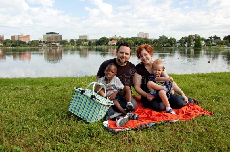 De multiraciale familie heeft picknick royalty-vrije stock afbeeldingen