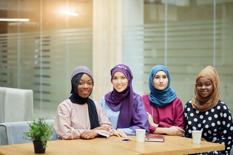 De multiraciale groep moslimvrouwen kleedde zich in nationale kleren die in groep stellen royalty-vrije stock afbeeldingen
