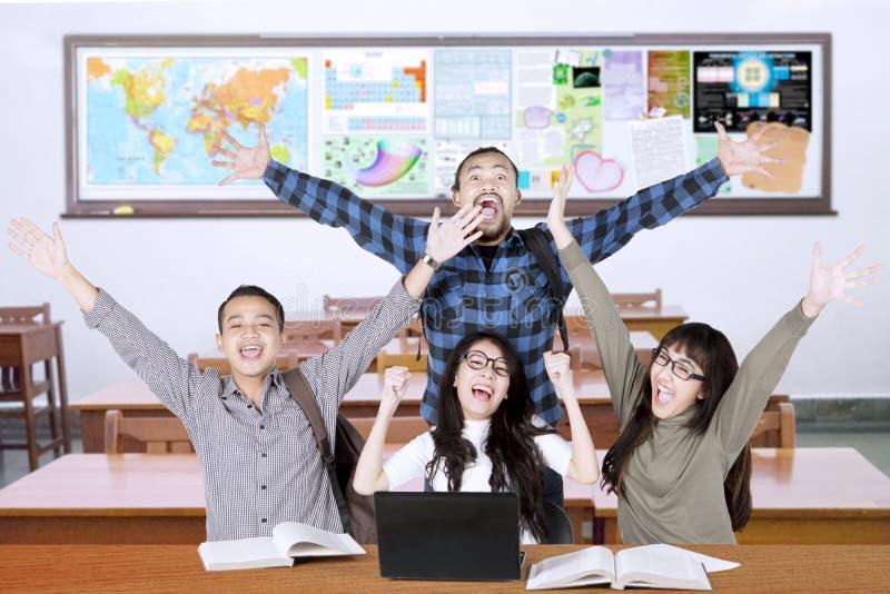 De multiraciale studenten heffen indient klasse op stock fotografie