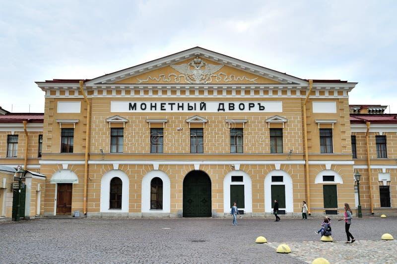 De muntbouw in beroemde Peter en Paul (in Rus: Petropavlovskaya) vesting in heilige-Petersburg, Rusland royalty-vrije stock foto