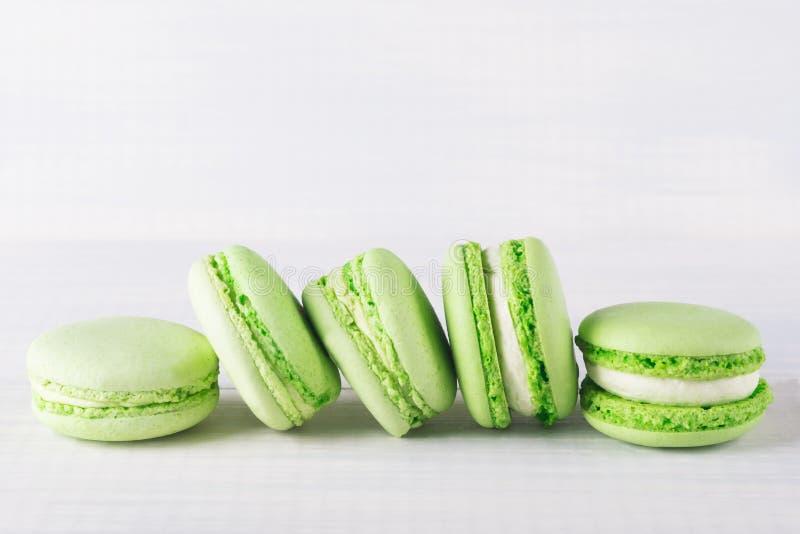 De muntkoekjes van groene kleur liggen op een rij op een lichte lijst royalty-vrije stock foto's