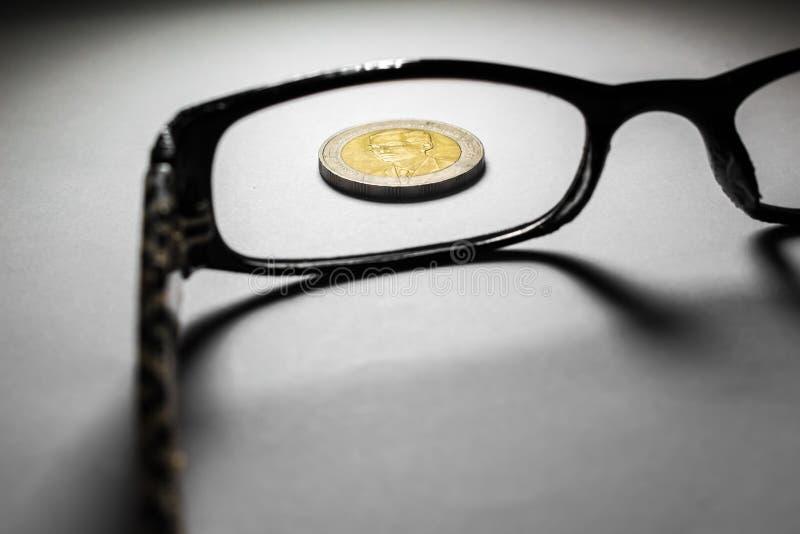 De muntstukken en de glazen van Thailand royalty-vrije stock foto