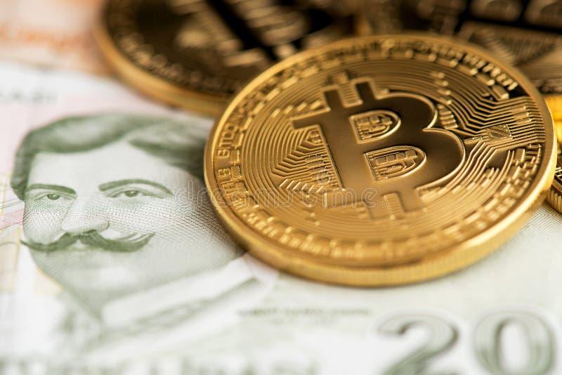 De muntstukken van Bitcoincryptocurrency op Turkse Lirebankbiljetten stock afbeelding