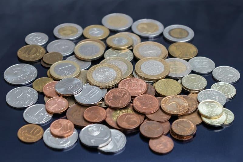 De muntstukken van verschillende landen zijn verspreid royalty-vrije stock foto