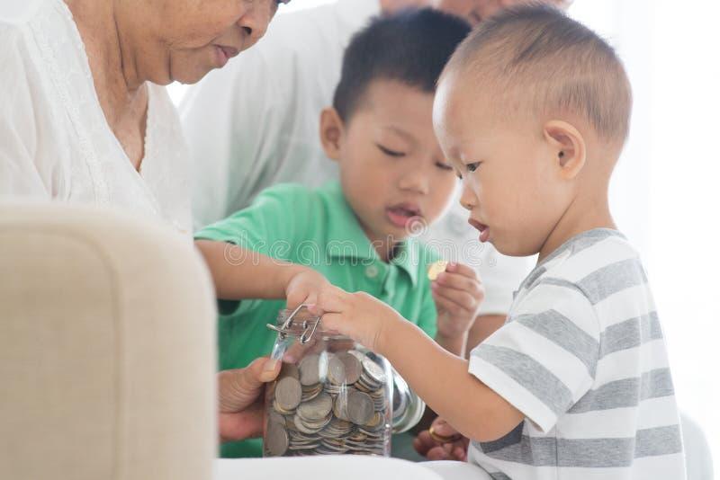 De muntstukkenconcept van de familiebesparing stock foto's