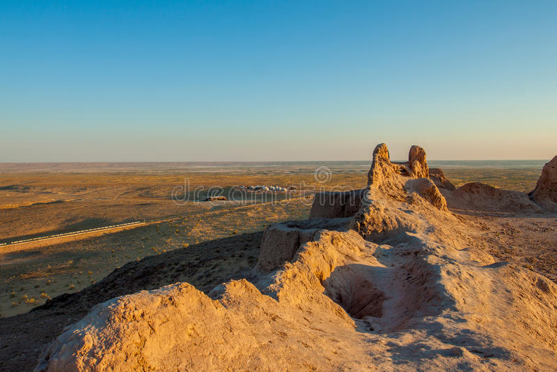 De muren van de oude vesting in de woestijn oezbekistan stock foto's