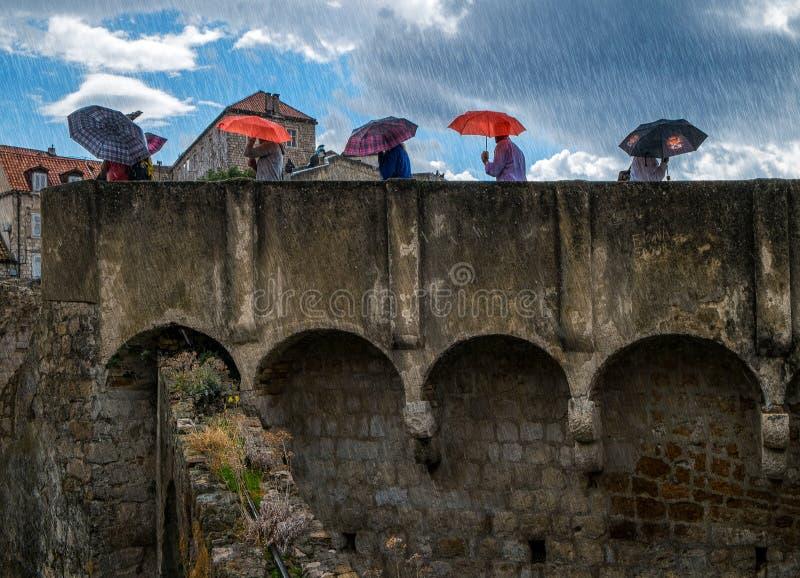 De muren van Dubrovnik Paraplu's en Regen Kroatië stock afbeeldingen