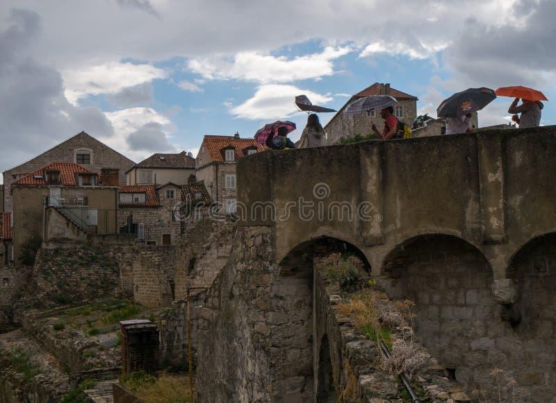 De muren van Dubrovnik Paraplu's, regen en wind Kroatië royalty-vrije stock fotografie