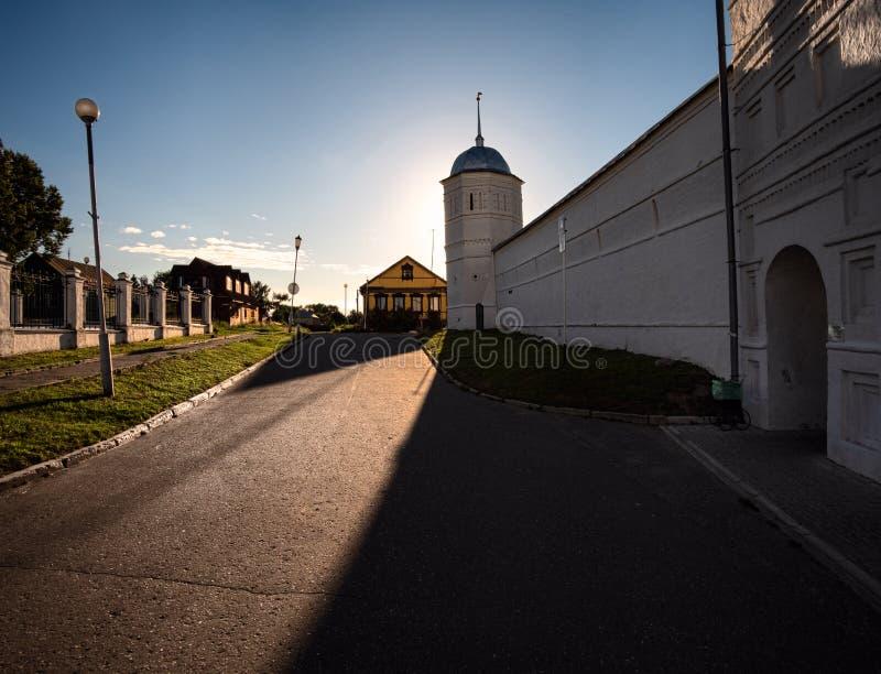 De muren van het oude klooster in de stad van Suzdal De schoonheid van de Russische provincie stock afbeeldingen