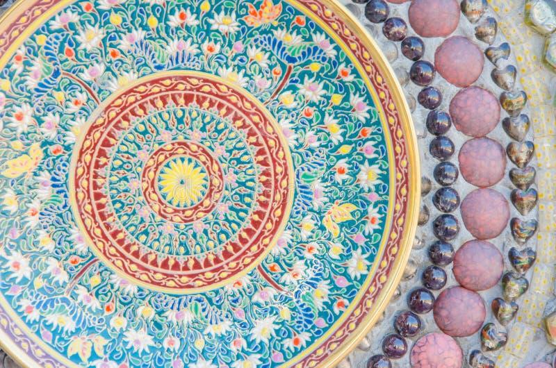 De muren versierden met een Thaise ceramische kop en een kom van de stijlkleur (Benjarong) royalty-vrije stock foto