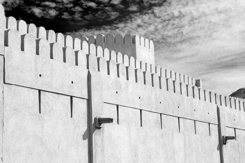 in de muscateldruif van Oman de oude verdedigingshemel a van fortbattlesment stock foto
