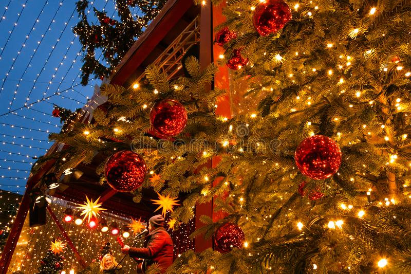 De musici presteren in het stadium van Kerstmismarkt in het centrum van Keulen stock afbeeldingen