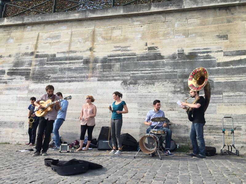 De Musici van de straat in Parijs stock afbeelding