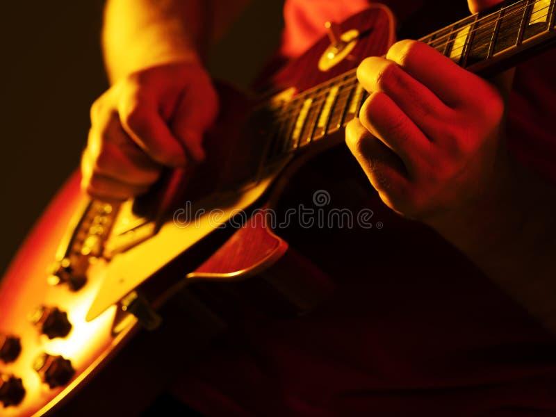 De musicus speelt de elektrische gitaar stock fotografie
