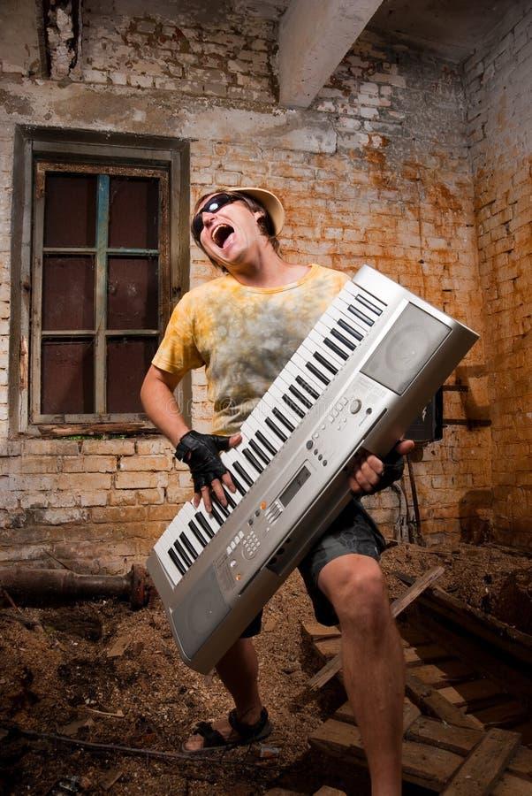 De musicus speelt een synthesizer royalty-vrije stock afbeeldingen