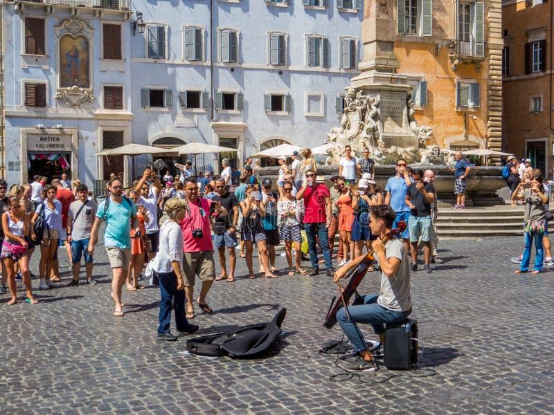 De musicus van de straat in Rome stock afbeeldingen