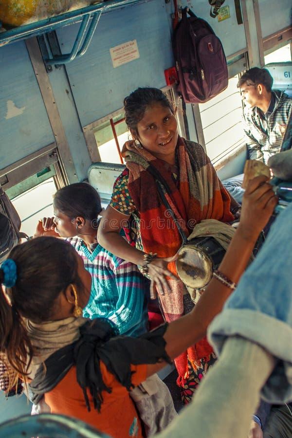 De musicusuitvoerders die van INDIA - Niet geïdentificeerde van de vrouwen van DECEMBER 2012 liederen zingen en trommels voor pas royalty-vrije stock foto's